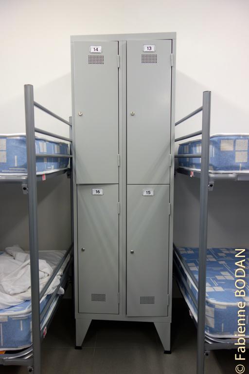 Chaque lit est doté d'un casier à clé pour les sacs © Fabienne Bodan
