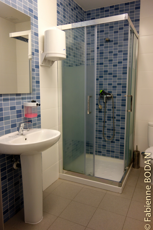 A chaque étage, 2 salles de bain, l'une pour les hommes, l'autre pour les femmes © Fabienne Bodan