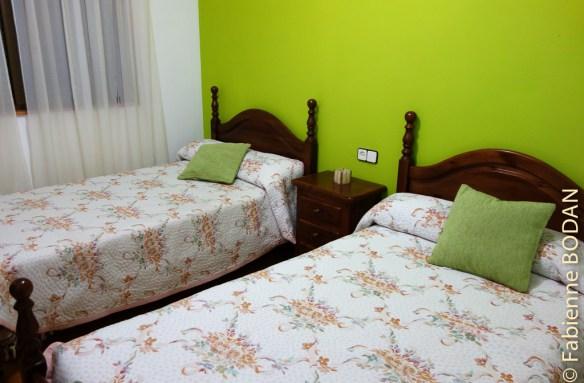 Les chambres comportent deux lits simples. A deux, la nuitée coûte 15 euros par personne. © Fabienne Bodan