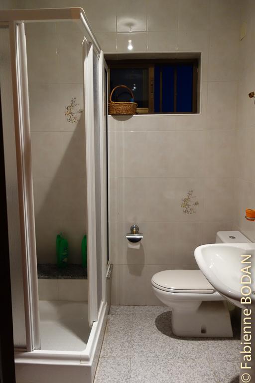 Au bout du couloir, la salle de bains commune. © Fabienne Bodan