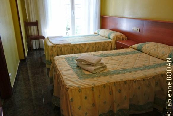 Chambre à 2 lors avec vue sur la place et salle de bains individuelle © Fabienne Bodan
