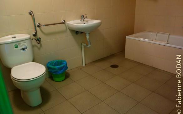 Salle de bains privative. Albergue municipal de Quiroga, Camino del Invierno © Fabienne Bodan