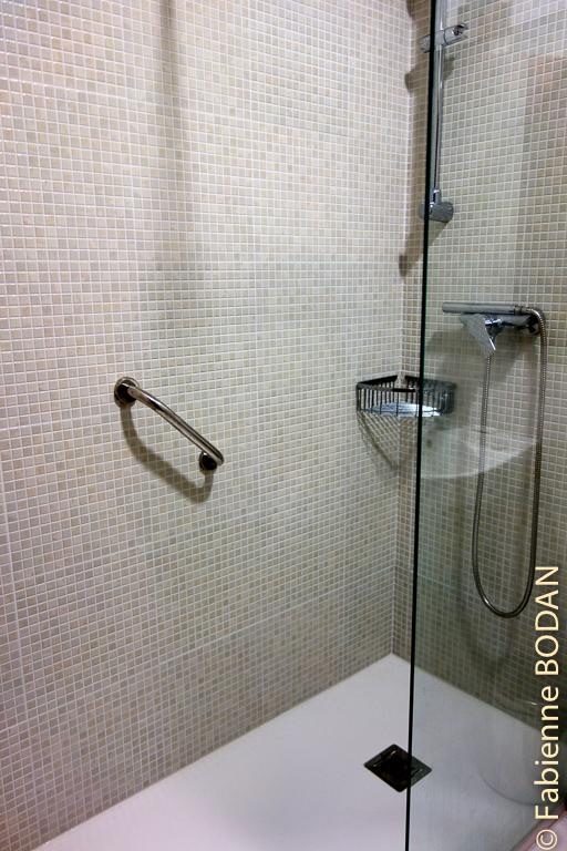 Douche à l'italienne dans la salle de bains privative. Hostal Carpinteiras à Rodeiro (Camino del Invierno) © Fabienne Bodan