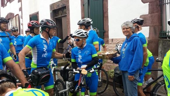 Groupe de cyclistes slovènes au bureau des pèlerins de Saint-Jean-Pied-de-Port
