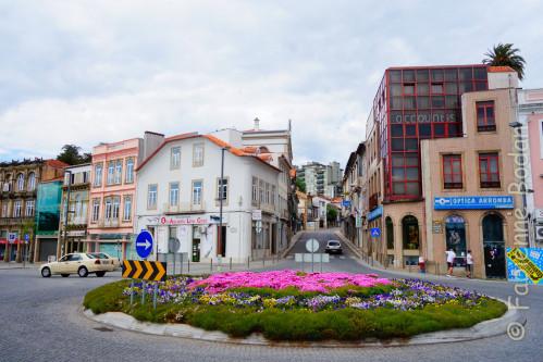 L'arrivée à Agueda, Chemin Portugais. Pour vous rendre à la Maison des pèlerins, poursuivez sur la rue en face, toujours tout droit après le pont, jusqu'à une grande place. Contournez la place et prenez la dernière rue à gauche en haut de la place. © Fabienne Bodan
