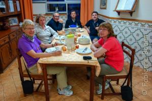 Nous sommes conviés à dîner avec deux autres pèlerines allemandes. Une véritable tradition d'accueil pèlerin. © Fabienne Bodan
