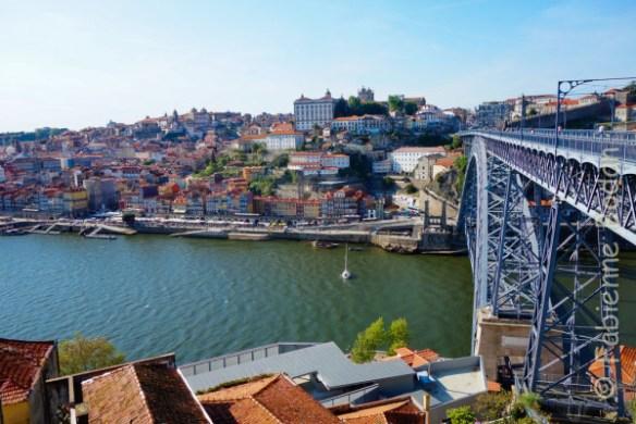 L'arrivée à Porto par le pont Eiffel, du même architecte que la Tour parisienne, après 35 kilomètres de marche depuis Sao Joao de Madeira. © Fabienne Bodan