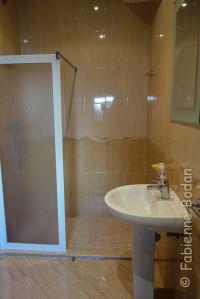 Chaque dortoir dispose de sa salle de bains. © Fabienne Bodan