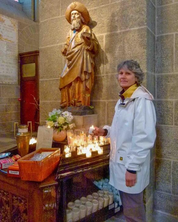 """Statue de Saint Jacques, cathédrale du Puy-en-Velay. L'évêque nous a remis une médaille bénie de Notre-Dame-du-Puy et demandé de choisir un petit papier écrit par un des visiteurs de la cathédrale. Sur mon petit morceau de papier jaune citron, qui m'accompagnera jusqu'à Saint-Jacques de Compostelle, je lis : """"pour Jean-Baptiste, adolescent très difficile"""". © Fabienne Bodan"""