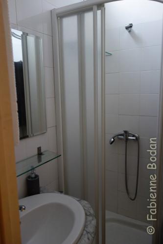 La salle de bains est petite, mais fonctionnelle et, comme dans les autres pièces, avec ces petits objets qui dénotent l'intention de rendre un logement cosy et confortable. © Fabienne Bodan