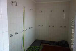 Pèlerins pudiques s'abstenir. On a accès à une douche commune, mais on est bien content de pouvoir se laver. Je m'y suis précipitée avant que les autres pèlerins n'arrivent. On n'a quand même pas élevé les vaches ensemble ! © Fabienne Bodan