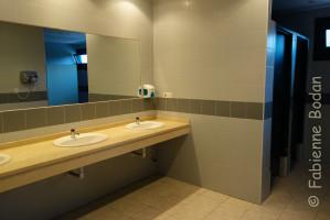 Les hommes et les femmes disposent de blocs sanitaires séparés...mais les douches ne comportent pas de rideaux ! © Fabienne Bodan