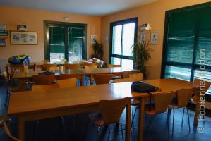 Une grande salle à manger équipée de tables familiales est à la disposition des pèlerins. © Fabienne Bodan