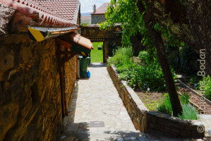 Albergue Gaucelmo de la Confraternity Saint James, Rabanal del Camino, Camino francés. Une allée mène à un jardin clos gazonné à l'abri des regards. © Fabienne Bodan