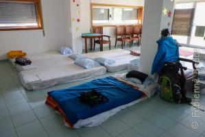 Les deux dortoirs pour les pèlerins sont équipés de matelas au sol, avec draps et couvertures. © Fabienne Bodan