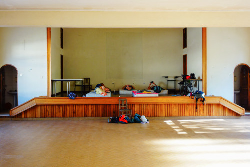 Les accueils des bombeiros se suivent mais ne se ressemblent pas. A Tomar, les pèlerins s'installent sur l'estrade de la salle des fêtes. Des matelas sont posés au sol sur un parquet qui isole du froid. © Fabienne Bodan