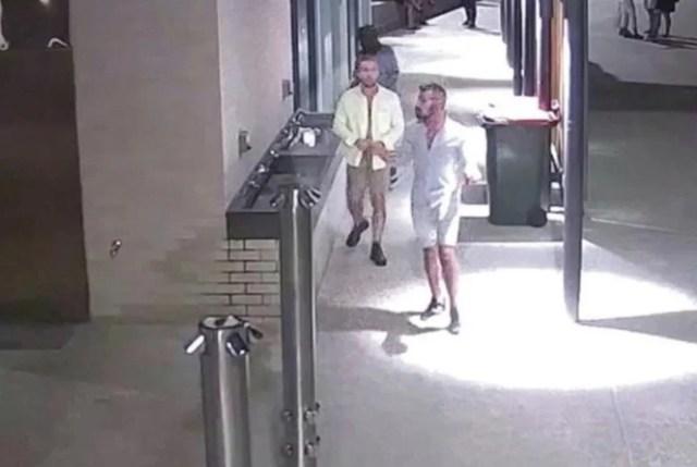 Los hombres abandonan el baño después de supuestamente violar a la víctima, abrochándose la ropa.