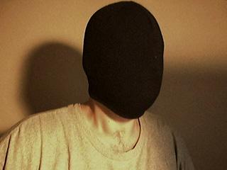 """Verkossa toimitaan usein nimimerkin takaa """"naamioituneina"""", mutta joissain verkkoyhteisöissä esiinnytään myös omalla nimellä. (Lähde: Wikipedia)"""