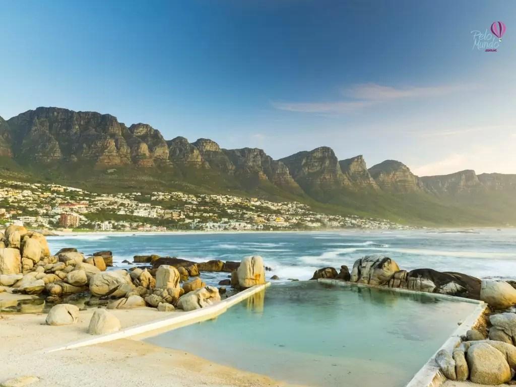praias da cidade do cabo - Camps Bay e suas piscinas