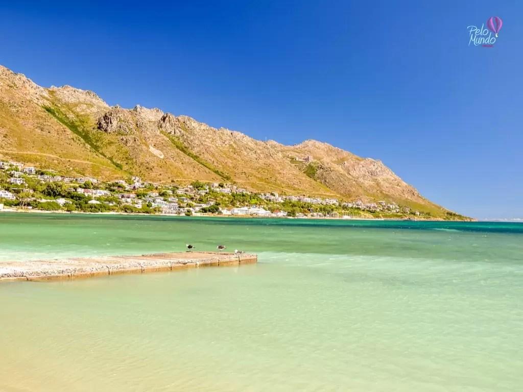 Uma foto de Gordan's Bay pegando a praia e a cidade