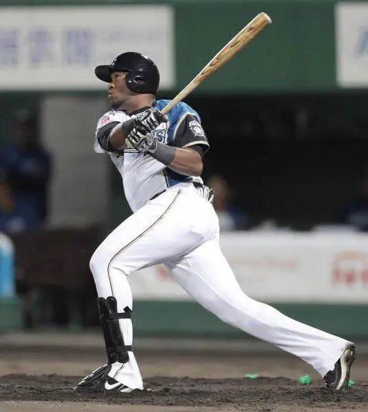 Yadir drake jugando en la Liga de Japón