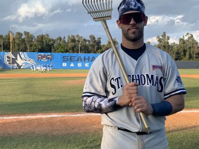 Daniel Mondejar después de haber sido nombrado como el mejor bateador del partido