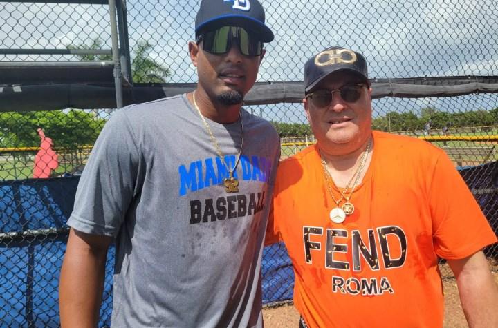 En esta imagen tomada en el Miami Dade College podemos apreciar al lanzador Andy Rodríguez (izquierda) con su agente Carlos Pérez