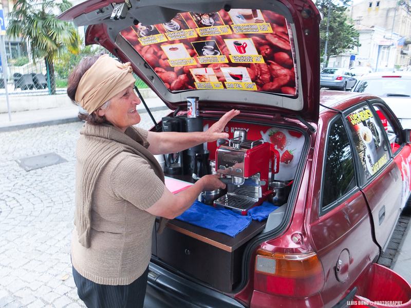Una dona prepara cafe al maleter del vehicle