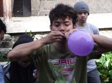 Peserta tiup balon