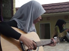 Vokalis mencoba jadi gitaris