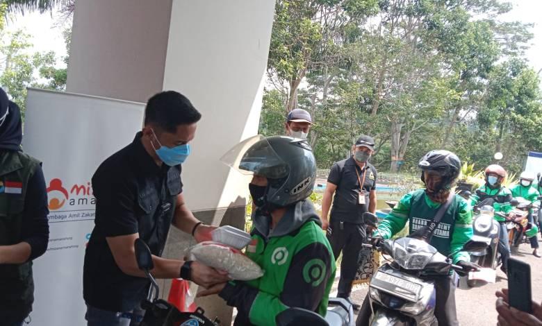 Ojol di Bandung Barat Dapat Beras dan Nasi Box