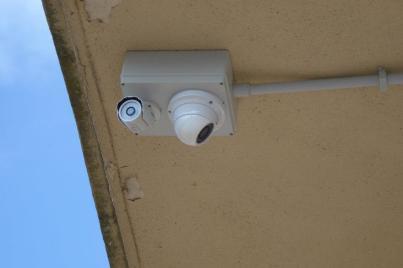Appena installate, le fotocamere guardano sui tornelli esterni. Purtoppo un impiegato della stazione mi ha detto che tutto questo è inutile perchè a loro non è consentito contestare nulla a chi salta i tornelli, possono solo stare a guardare....ci vorrebbero i controllori