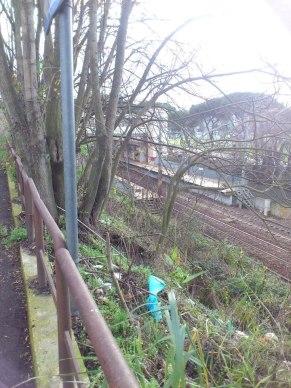 Sempre da vicino all'entrata, la stazione (inquadratura verso sud), con alle spalle la Tangenziale