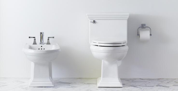 Membersihkan Toilet dengan Pembersih Alami