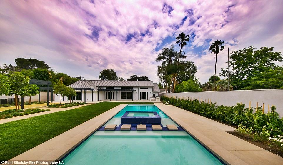Meghan Trainor dan Megan Fox Terhubung dengan Sebuah Rumah