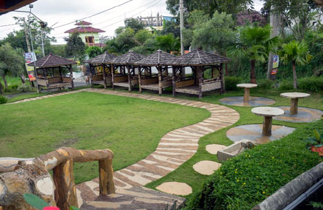 Area makan outdoor Mutiara Panderman Inn (sumber: booking.com)