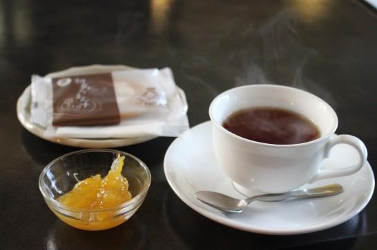 喫茶「やすらぎ」の熱海紅茶とクッキーのセット