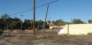 Debido al atraso de los recursos del FONDEN, los cuales ya llegaron a Mulegé pero no han sido aplicados, todavía es hora que no rehabilitan el estadio de béisbol de San Ignacio (Enrique Montaño).