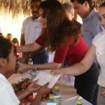 La señora Lety Coppel, personalmente y acompañada de Carolina Castro y Erika Martínez, entregó los apoyos económicos a niños pobres.