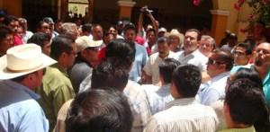 Apoyados por el regidor Jaime Camacho, los taxistas encararon al alcalde para evitar que los reubiquen de las calles del par vial, donde por años han ocupado un sitio para estacionar sus unidades.