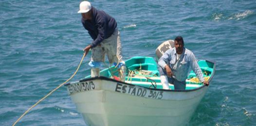 Rescatan a 2 pescadores en altamar