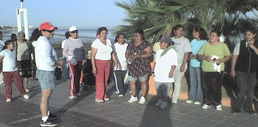 Realizan caminata matutina en pro de la activación física