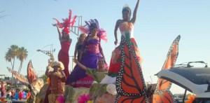 Ante la mirada atónita de cientos de personas que caminaban y manejaban por el malecón de la ciudad de capital, se llevó a cabo es desfile del Orgullo Gay de La Paz, en donde participaron varias docenas de personas, de la diversidad sexual del estado y de otras partes del país.