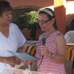 Julieta Medina representante de la Homeowners Association of Punta Chivato, A.C., al hacer entrega del cheque por 500 dólares a la presidenta del DIF Mulegé (Germán Cota).