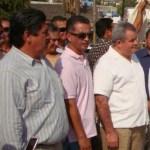 El maestro Francisco Carballo Aguilar, flanqueado por los regidores Gustavo Castro y Gildardo Rodríguez.