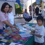 El IFE entrega material de lectura sobre cultura política democrática y participación ciudadana, y obsequia juegos a niños sobre valores democráticos.