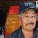 """Hace treinta y cinco años, La Paz era una ciudad bastante tranquila, la mayor concentración de transeúntes era en lo que ahora es el """"centro histórico"""". Ahí, don Pablo Murillo inició el negocio de su vida. """"Pss ahí empecé yo con mis raspados, ya después empecé a meter fruta…no sacaba mucho la fruta, le cambié a los elotes""""."""