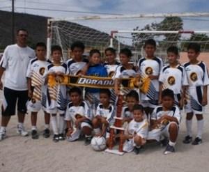 Dorados de Sinaloa que dirige Marco A. Pérez Loaiza, se proclamó campeón de la 2000-01 en la Liga La Paz de futbol infantil.