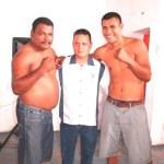 Juan Manuel Yuen Chacón, promotor de la pelea de campeonato nacional acompaña a los protagonistas Saúl Montana y Ramiro Reducindo.