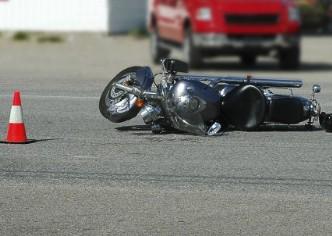 Motociclista se estrelló de frente contra un autobús